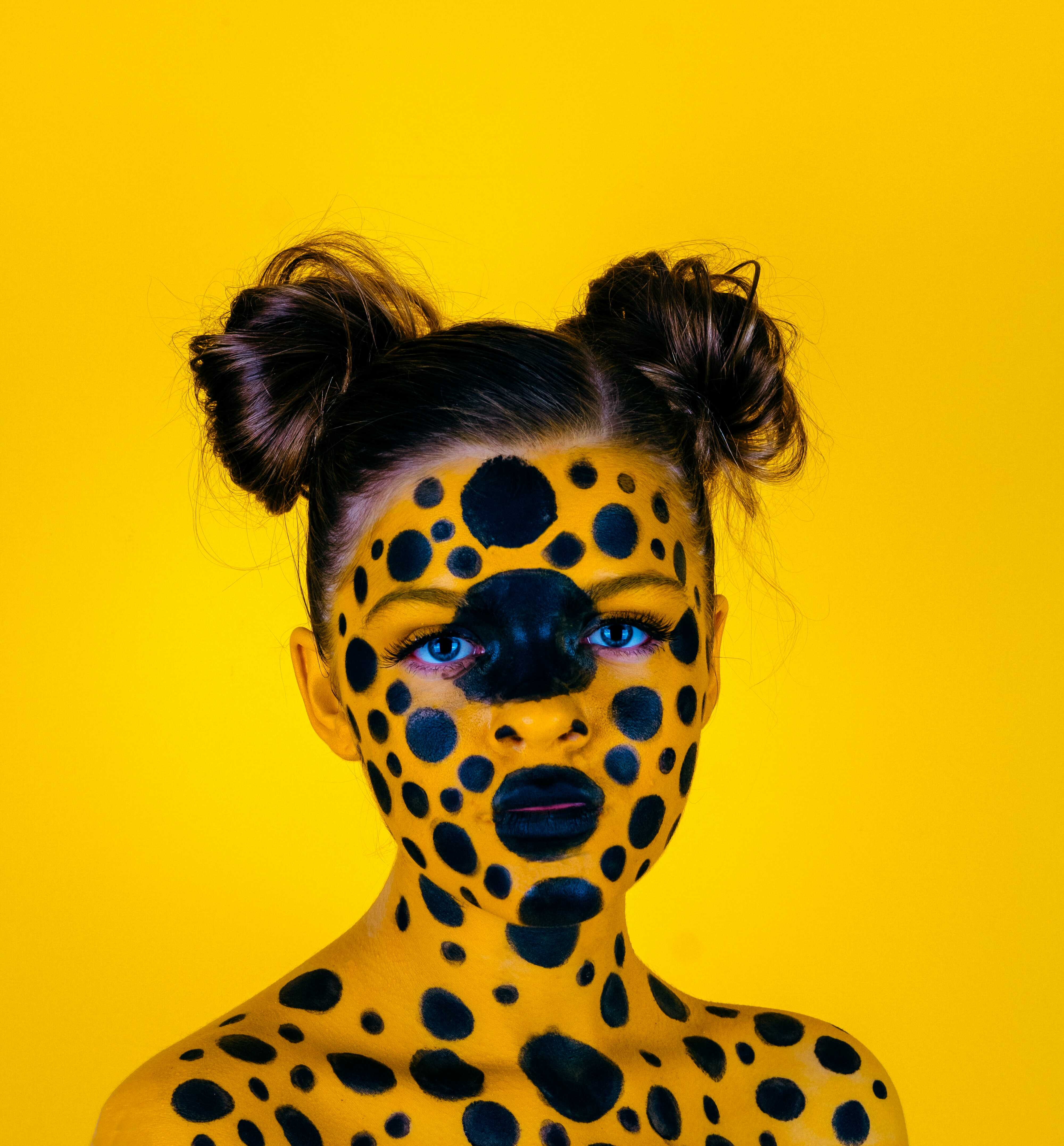 a woman coloring her face as leopard